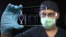 فوتیج علمی از یک دانشمند در حال بررسی اطلاعات پزشکی روی صفحه نمایش
